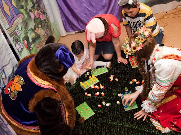 Медведь показал детям где растут грибы