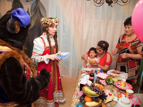 Маша и медведь поздравляют родителей