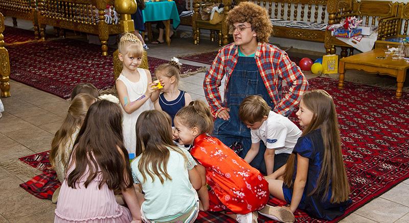 Дети и Эй строят башню