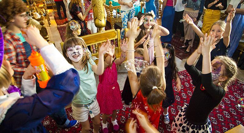 Дети ловят мыльные пузыри