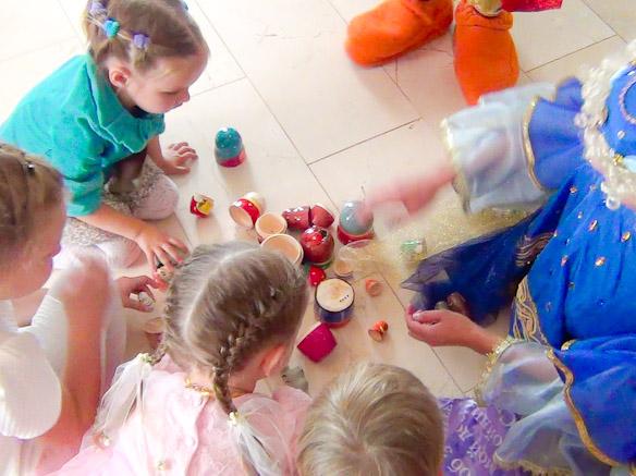Дети разбирают матрешки по сказкам